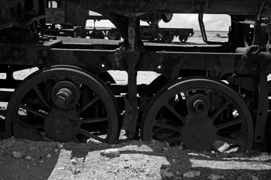 Alessandro Ciapanna DSC_2289_bol_uyuni_train_wheels_DRAMA