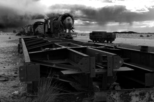 Alessandro Ciapanna DSC_2437_bolivia_train_man_sit_DRAMA