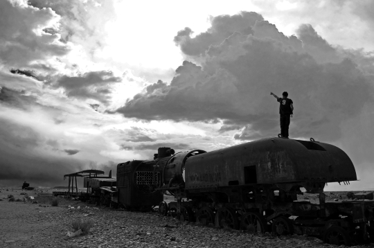 Alessandro Ciapanna DSC_2455_bolivia_train_man_pointing_DRAMA