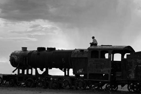 Alessandro Ciapanna DSC_2461_bolivia_train_man_sit_DRAMA